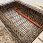 Beton entreprenør igang med beton og armeringsnet