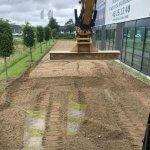 Gravemaskine laver vej med grus