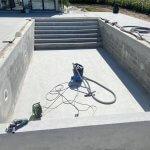 støbning af beton fundament til swimmingpool