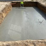 beton entreprenør igang med støbning af beton fundament