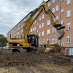 jord terrænregulering med gravemaskine