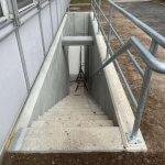 beton entreprenør færdig med betonarbejde af kældertrappe