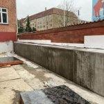 støbning af betonmur som er færdig