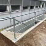 betonarbejde af betontrappe med gelænder