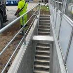 Færdig betonarbejde af betontrappe med gelænder